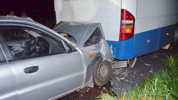 FOTÓK: Nem világította ki műszaki hibás autóbuszát a sofőr – Egy autós belerohant, utasa életét vesztette