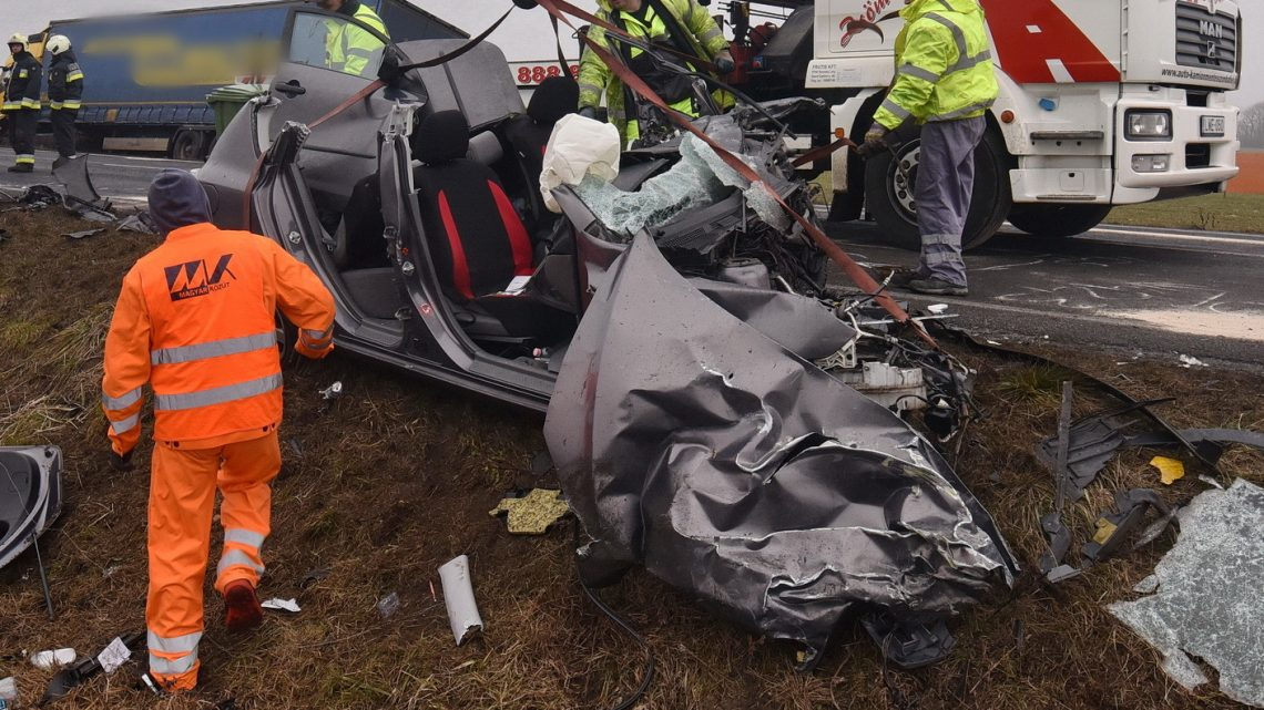 VIDEÓ: Autó ütközött frontálisan egy kamionnal a 86-os főúton – Az autó vezetője a helyszínen életét vesztette