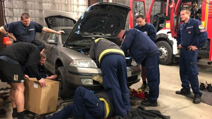 FOTÓK: Beszorult a Skoda motorterébe egy macska Pécsett