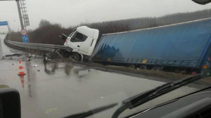 Oldalára borult egy kamion a 4-es főúton Üllőnél