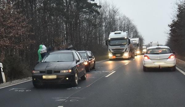 FOTÓK: Vétlen autósok karamboloztak egy autós miatt, aki előzés közben ütközöt a szembejövővel – A vétkes azonnal elmenekült