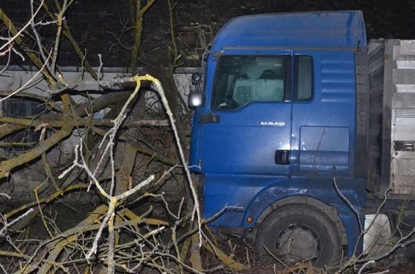 FOTÓK: Átszakított egy kerítést és behajtott az udvarra egy ittas teherautós