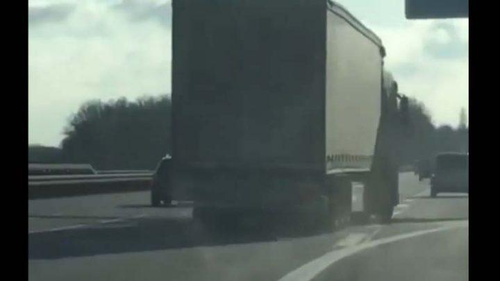 Mint a kígyó, úgy haladt a kamion az autópályán. Megfogták!