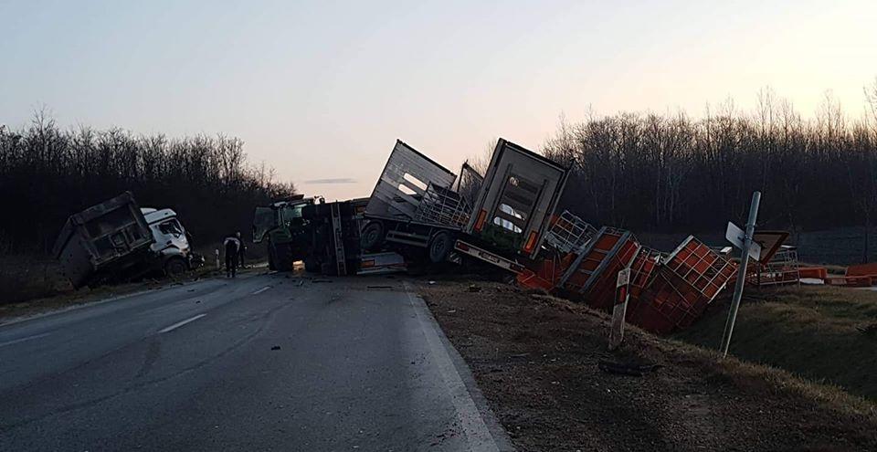 Kamion és traktor karambolozott reggel az 55-ös főúton