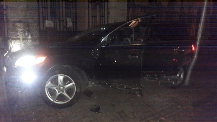 VIDEÓ: Lezúzta az Audit a járdán, majd tárva nyitva, járó motorral otthagyta azt egy férfi Budapesten