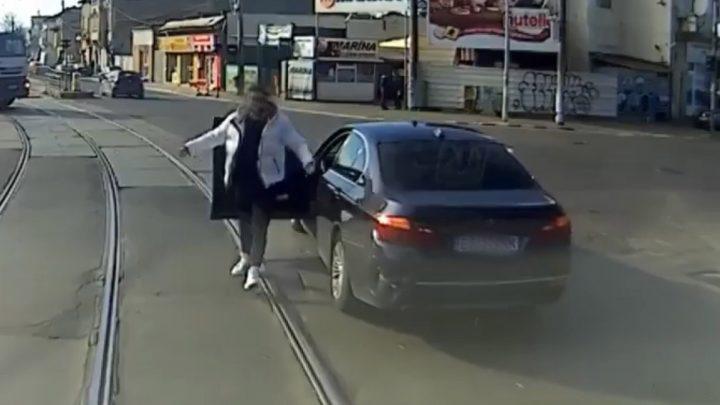 VIDEÓ: Addig szórakozott a villamossal, amíg megkapta a magáét