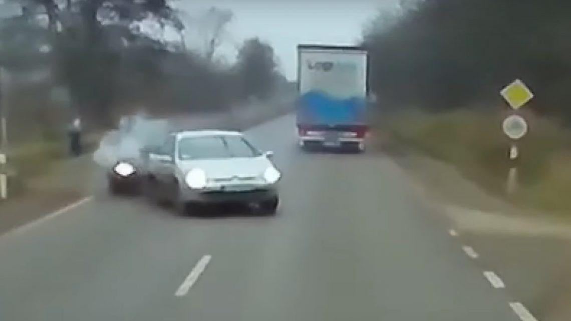 Kamion elé lökte a Citroent egy másik autó. Óriásit mentett a kamionos