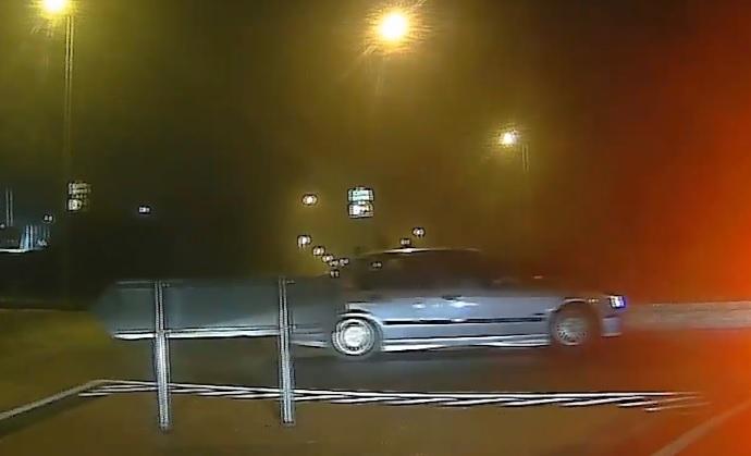 VIDEÓ: Kilinccsel előre vette be a körforgalmat – Pechére mindezt épp egy pofátlan(TAN)ító rendőr orra előtt