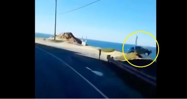 VIDEÓ: Elszállt a kanyarban – Nagy sebességgel az óceánba repült egy szikla tetejéről az autós