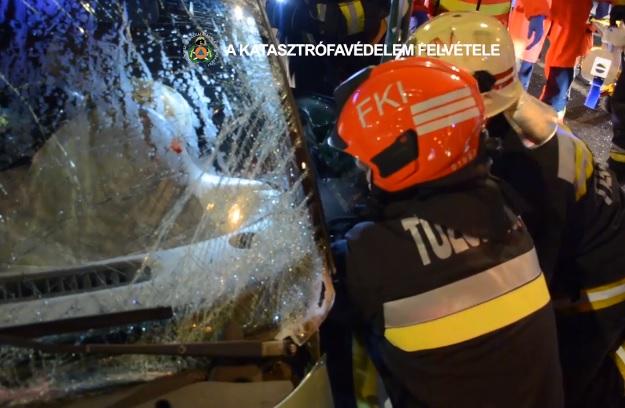 VIDEÓ: Oszlopnak hajtott egy gépkocsi a 14. kerületben – A sofőrt feszítővágóval kellett kivágni a roncsból
