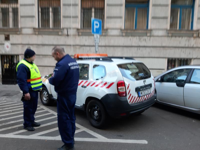 Mozgássérülteknek fenntartott parkolóba állt a közteres míg bírságolt – Feljelentette őket a megbüntetett autós