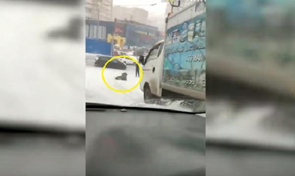 VIDEÓ: Tehetetlenül csúszott a jeges úton a teherautó, a nő épp előtte esett el