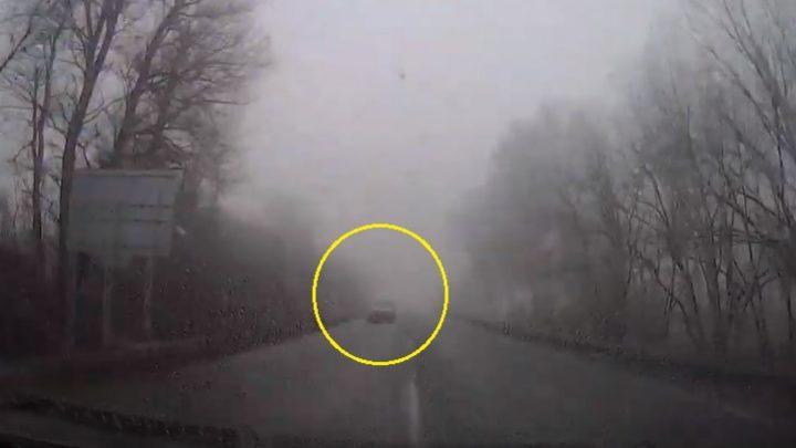 VIDEÓ: Mint szürke szamár a ködben, úgy tűnt fel a kivilágítatlan autós