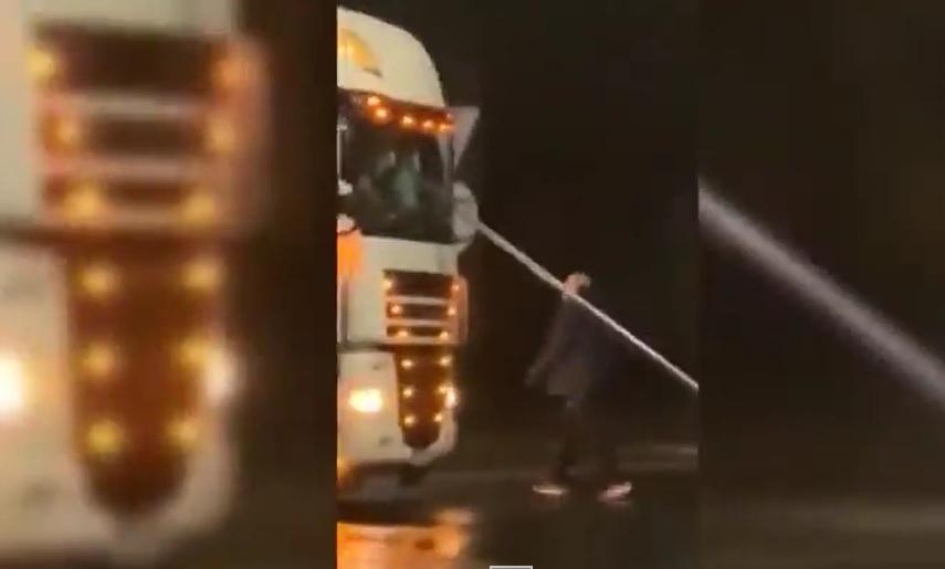 VIDEÓ: Elszabadult az őrült férfi a körforgalomban. Szétverte a kamiont egy közlekedési táblával
