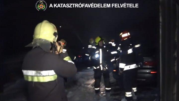 VIDEÓ: Hét autó égett ki Csepelen egy épületben vasárnap este