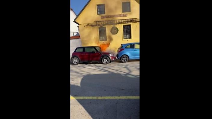 VIDEÓ: Kigyulladt, majd magától elindult egy Mini