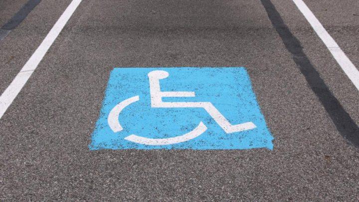 Mozgássérült férfit ütött le egy luxusautós a szántódi parkolóban