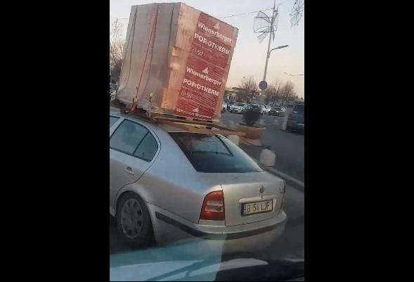VIDEÓ: Semmi extra, csupán valaki egy palettányi téglát dobott fel egy Skoda tetejére