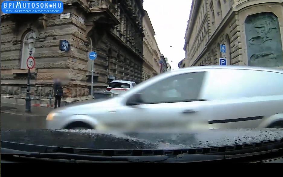 VIDEÓ: Az Opel sofőrje a világáról nem tudott. Gyakori hiba ez az Andrássy úton