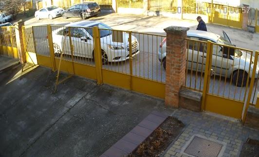 VIDEÓ: Szerinted direkt parkol így? – Amit a bácsi csinál a másik autóval az durván kiverné a biztosítékot nálad is
