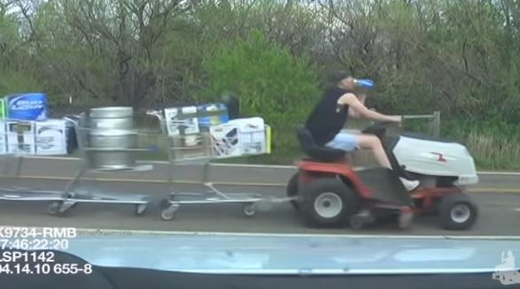 VIDEÓ:  1 kertitraktor, 10 lopott bevásárlókocsi, pár sör és a rendőr esete – Többet nem is mondunk