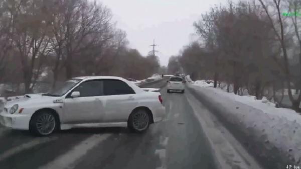 VIDEÓ: Előzés közben csúszott meg a Subarus – Látványos produkció lett belőle