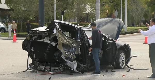 VIDEÓ: Piroson hajtott át a GTR-es – Szó szerint kettészakított egy Tesla-t