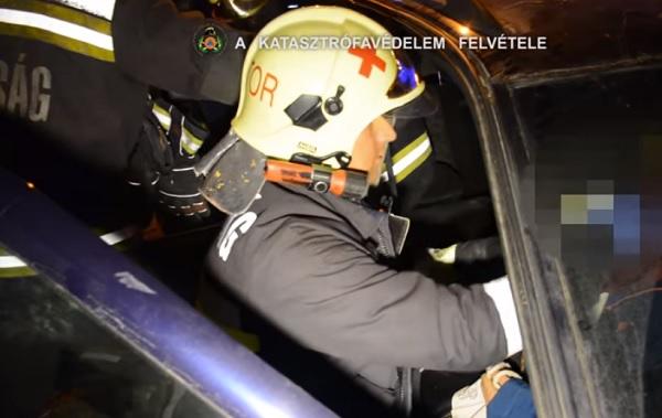 VIDEÓ: Villamos és autó ütközött tegnap a 14. kerületben – A sofőrt tűzoltók szabadítottak ki a roncsból