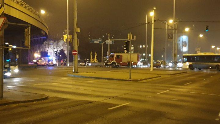 Üzemanyag folyt az útra egy baleset következtésben a Flórián téren