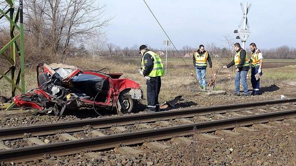 VIDEÓ: Vonattal ütközött egy autós, aki Tilos jelzés ellenére hajtott az átjáróba  – Két kislány vesztette életét a balesetben