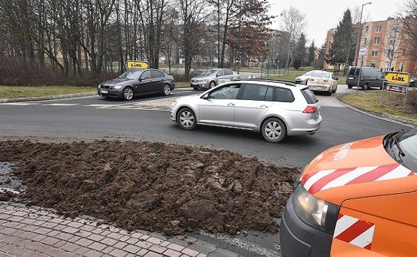 VIDEÓ: Nagy adag trágya zúdult az útra egy teherautóról – A sofőr az úton hagyta azt, ám később a rendőrség elkapta
