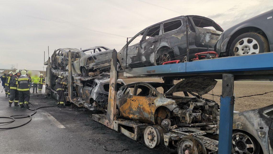 FOTÓK: Kiégett reggel egy autószállító tréler az M86-os autóúton