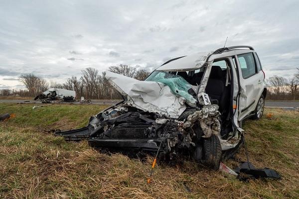 FOTÓK: Frontális karambol történt reggel a 6-oson – Két fiatal halt meg a balesetben