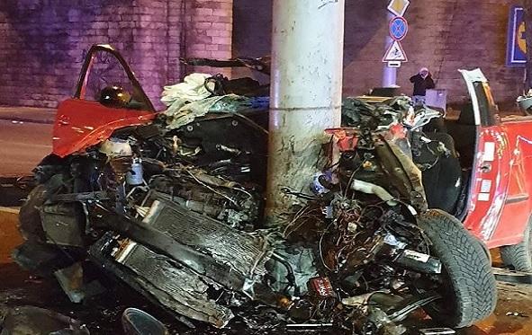 FOTÓK: Villanyoszlopnak ütközött egy autó tegnap este a Váci úton