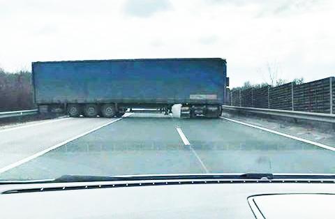 Fotók: Hihetetlen, de ez ma megtörtént az M2-esen. Megfordult a román kamionos