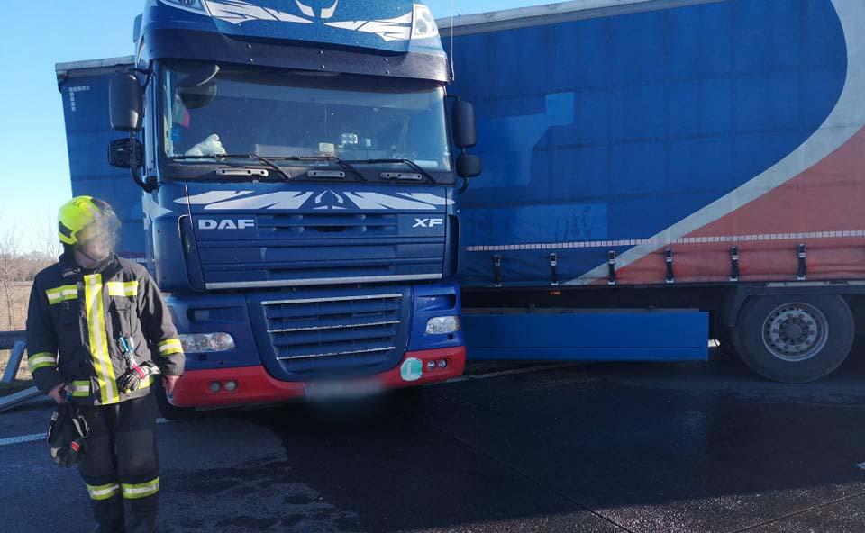 FOTÓK: Gázolaj folyt a pályára az M0-áson egy kamionból