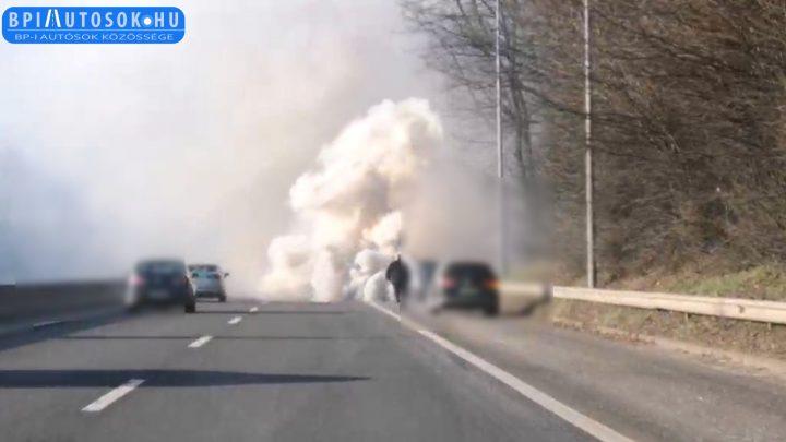 """VIDEÓ: Hatalmas """"runaway"""" jelenséggel füstölt el egy diesel Opel az M7-esen"""