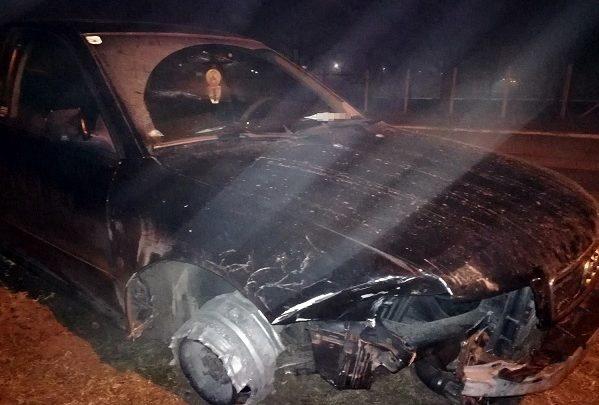 FOTÓK: Törött autója jobb első kerekén nem volt gumiabroncs – Így kocsikázott a 21 éves fiatal