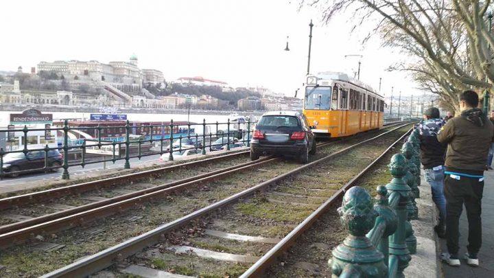 Fogalma sem volt a sofőrnek, hogy került a sínekre – Megszólalt a 2-es villamos vezetője