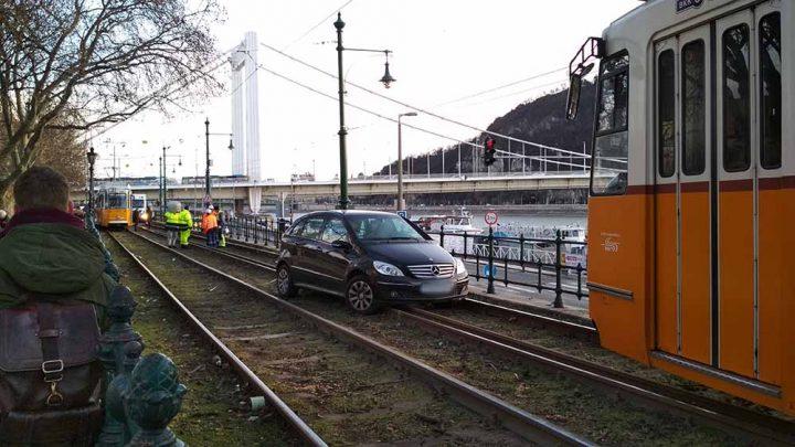 FOTÓK: Sínekre hajtott a kettes villamos vonalán egy autós