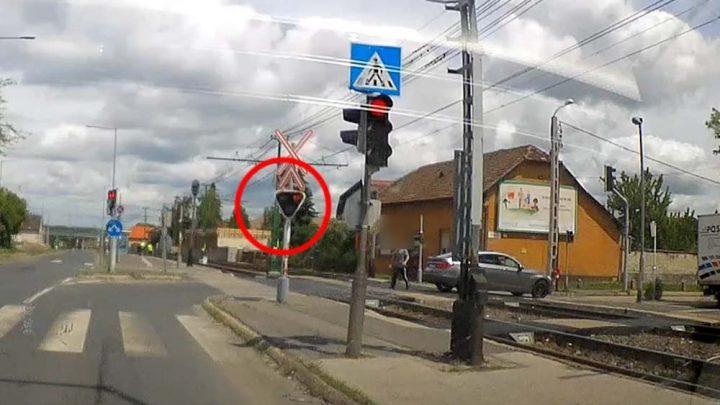 VIDEÓ: HÉV átjáróban állt neki kiszállva fröcsögni a szabálytalankodó autós