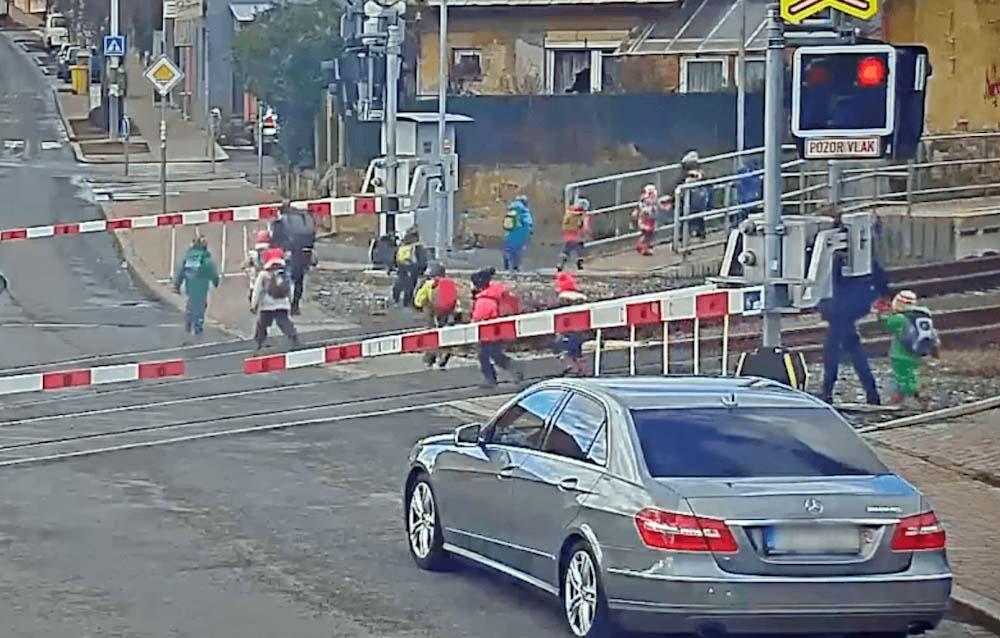 VIDEÓ: Egyszerűen átterelték a gyerekeket a tilos jelzésű vasúti átjárón Csehországban