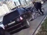 VIDEÓ: Elállta a tahó autós útját a bringás, alaposan elbántak vele