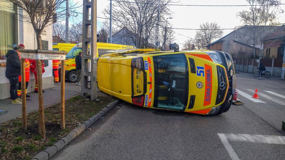 Mentőautó burult fel egy reggeli balesetben, a 20. kerületben
