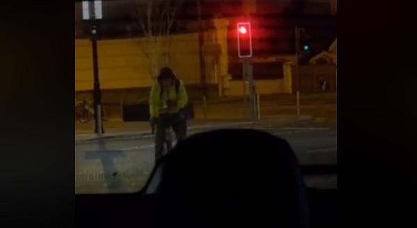 VIDEÓ: A rendőrség új videója tökéletesen bemutatja, nem csak vezetés közben veszélyes mobilozni