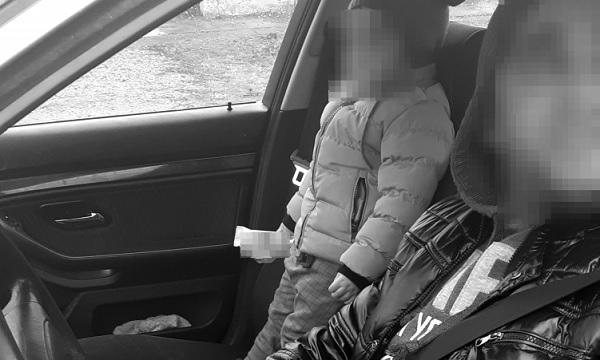 FOTÓK: Ezt soha ne csináld! – Az ülésen ácsorogva, biztonsági öv nélkül utaztatta gyermekét egy autós