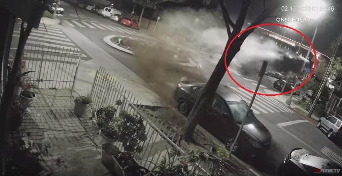 VIDEÓ: Nyílegyenesen száguldott be a körforgalomba egy nő – Hatalmas repülés lett a vége