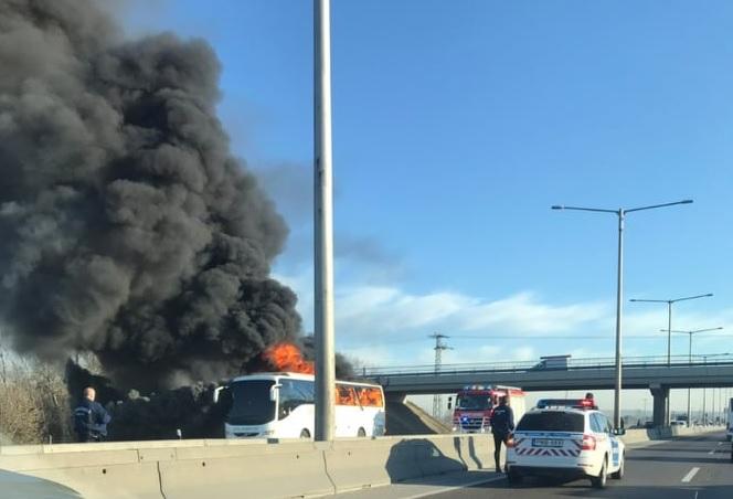 FOTÓK: Kigyulladt és teljesen kiégett egy Volánbusz az M3-as autópályán reggel