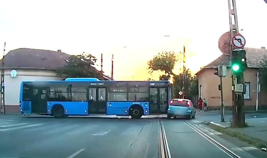 VIDEÓ egy 20. kerületi buszbalesetről, ami autósként kivédhetetelen volt