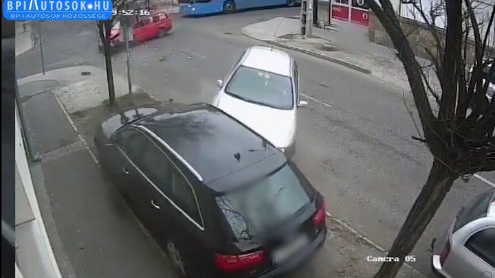 VIDEÓ: 5 percen belül 2 baleset is történt már itt. Hatalmas csattanások és gázolások. Nem tétlen a közút, de megoldás kell